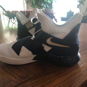 Nike Lebron basketball sneakers like new sz 9